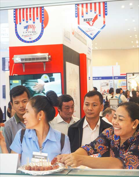 Visitors to CAMFOOD 2016 sample dishes prepared by USMEF