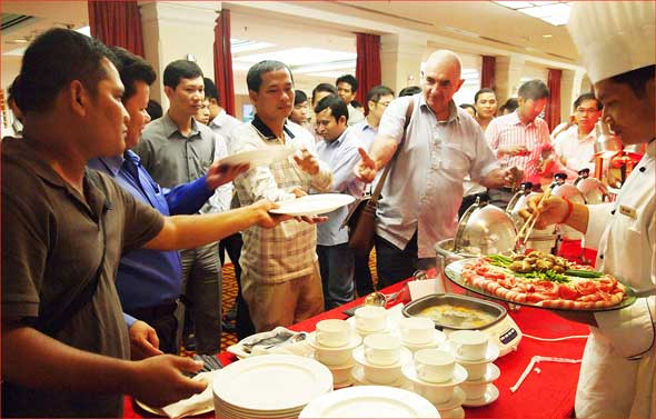 Chefs and restaurateurs enjoy a USMEF cutting and cooking demonstration in Phnom Penh, Cambodia
