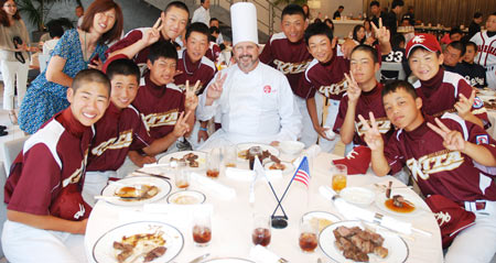 Randy Bass shares a U.S. beef dinner with young Japanese baseball players
