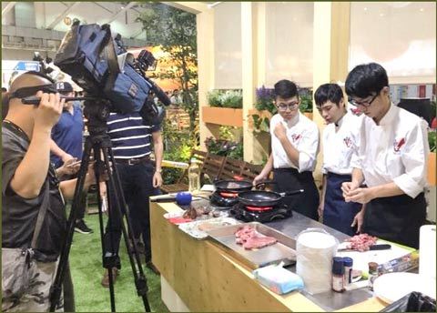 Chefs prepare alternative cuts of U.S. beef at the USMEF display booth at Food Taipei