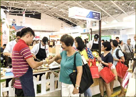 Visitors to the 2018 Food Taipei show sample U.S. beef dishes and U.S. pork products at the USMEF booth