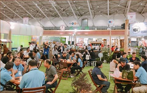 Food Taipei attendees sampled U.S. beef and met with suppliers at the USMEF booth and display area