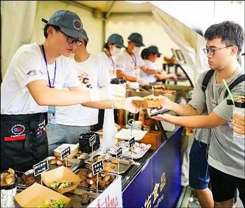 Chinese consumers attending the Hema Food and Wine Festival in Shanghai sampled U.S. pork and beef dishes and a variety of processed products