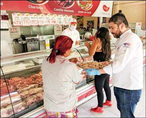USMEF handed out samples of U.S. pork to consumers at Carnes Super, a retail meat shop chain in Colombia