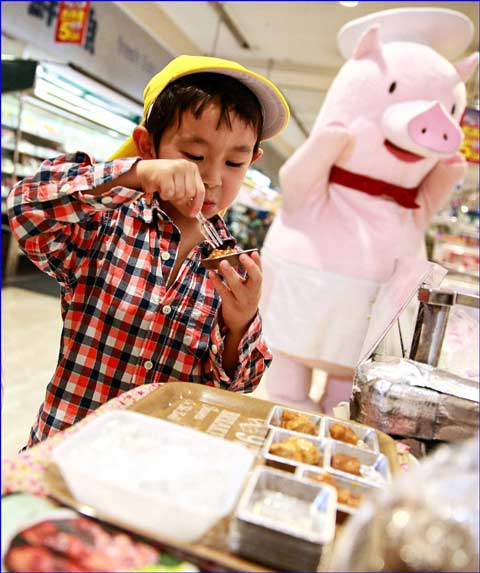 In Japan, USMEF promotes U.S. beef and pork dishes offered at convenience stores through social media campaigns and in-store product samplings