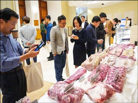 Restaurant and hotel staff examine U.S. pork and beef cuts at the U.S. Red Meat Seminar on Jeju Island