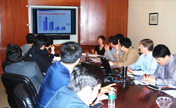Greg Hanes (second from right), assistant VP of international marketing, addresses a team of Korean meat buyers at USMEF headquarters as USMEF Korea Director Jihae Yang (top right) translates
