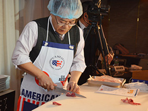 Nobuhide Kemi leads a cutting demonstration for Yakiniku restaurant executives