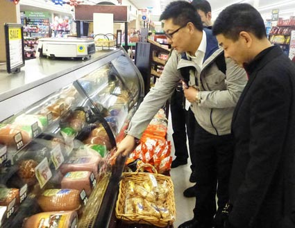 Ming Liang, USMEF-Shanghai marketing director, (l.) and Gang Hui Foods president, Shen Shaolin, visit a U.S. supermarket