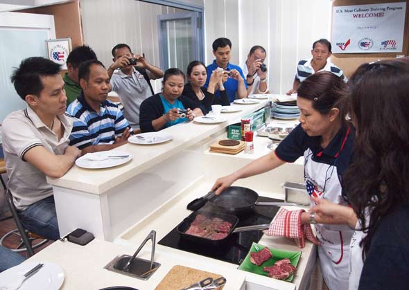 Thai chefs watch Sabrina Yin's cutting and cooking demonstration