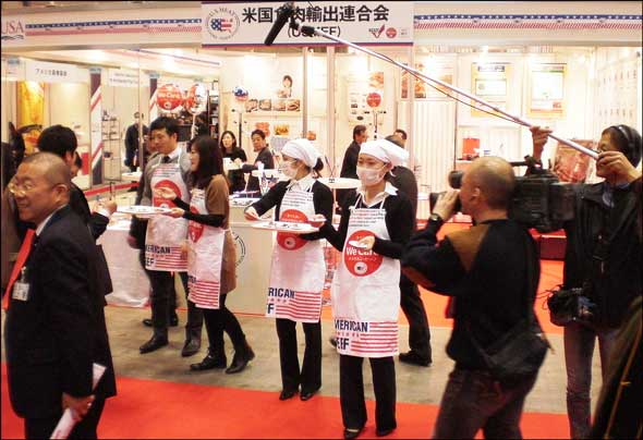 Prospective buyers sampled U.S. short ribs, T-bone steaks, porterhouse steaks, offal products and branded products at FoodEx Japan