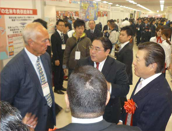 USMEF President and CEO Philip Seng and USMEF-Japan's Senior Marketing Director Takemichi Yamashoji meet with visitors to the Yakiniku Business Fair