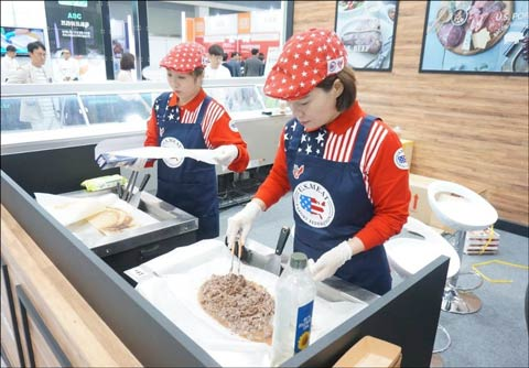 Throughout the two-day showcase, USMEF prepared tasting samples of bulgogi made with U.S. beef and pork