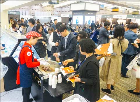 Foodservice professionals in South Korea gather at the USMEF booth to sample U.S. pork and beef during the Samsung Welstory Food Festa