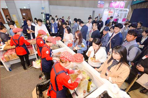 Samples of U.S. pork and beef were very popular at the USMEF pavilion at Seoul Food 2017