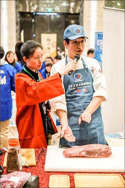 A chef at the USMEF booth conducts a cutting demonstration using U.S. beef top blade for Japanese-style dishes