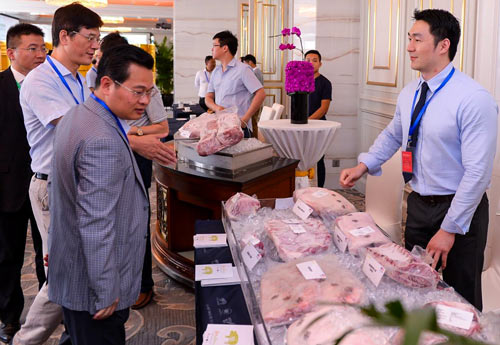 A product showcase before the seminar allowed Chinese traders and USMEF members to discuss U.S. pork products
