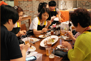 Popular women's internet website Ezyday partnered with USMEF on a two-hour cooking class for 20 people