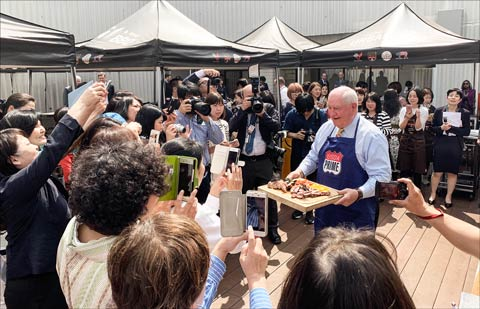 U.S. Agriculture Secretary Sonny Perdue serves American-style barbecue to Japanese consumers during a USMEF Urban Barbecue event in Tokyo
