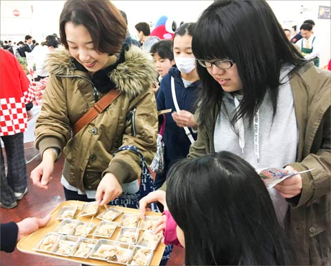 Visitors to the USMEF booth at the Spark retail event in Japan were given samples of and beef and offered recipe ideas