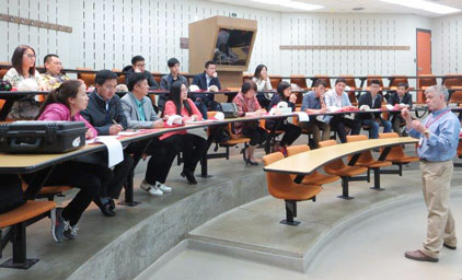 Dr. Steven Lonergan, professor of animal science at Iowa State University, addresses a Chinese meat buyers delegation organized by USMEF