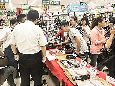 Shoppers at a Taiwan Fresh Supermarket sample U.S. beef chuck ribeye and learn about other cuts of U.S. beef during in-store promotions