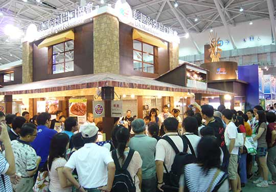Consumers gather for a culinary demonstration at the USMEF booth