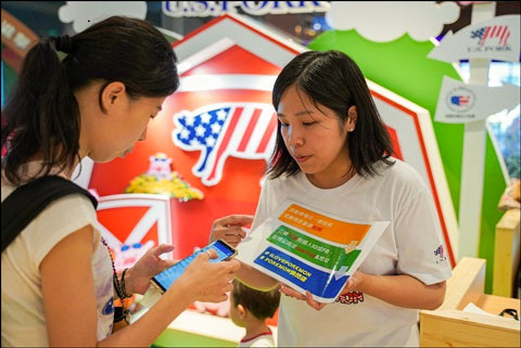 Taiwanese consumers learned about the quality attributes of U.S. pork at a USMEF pop-up store in one of Taipei's busiest transit terminals