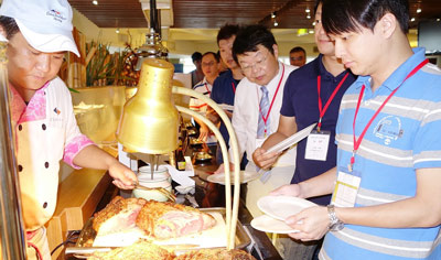 Buyers from Taiwan's foodservice and retail sectors sample U.S. branded beef products at a recent seminar in Taipei