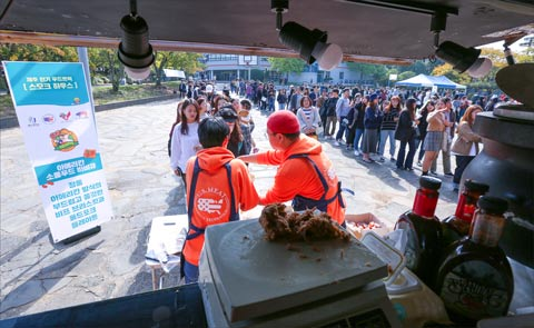 Young people on Jeju Island wait to sample U.S. beef and pork at an event organized by USMEF to reach potential food business entrepreneurs