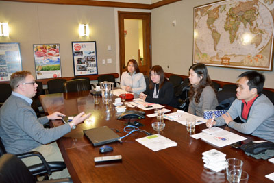 Travis Arp, USMEF technical services manager, discusses trade issues with delegation from the Philippines