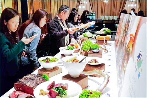 Food bloggers, media members and food industry professionals in Taiwan check out U.S. beef dishes at the first USMEF Diamond Plus Precious Gourmet Selection awards ceremony