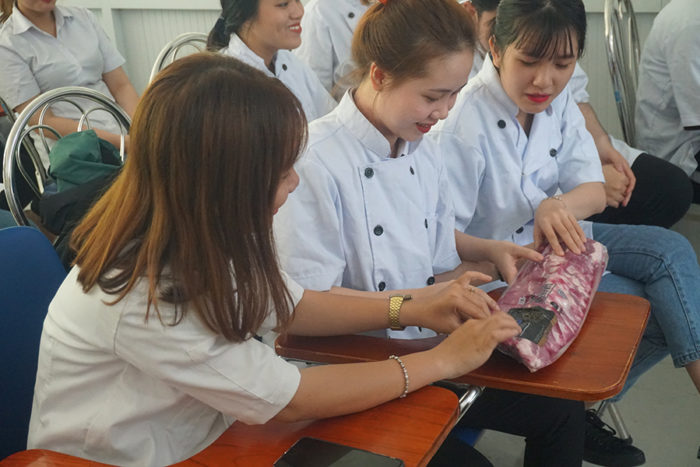 During a rehearsal session for the 2018 Talented Young Chefs Competition at Thu Duc College of Technology, students learned about U.S. pork baby back ribs and were provide information about the U.S. pork industry
