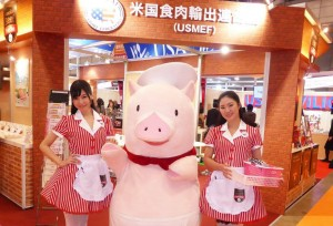 American pork character Gochipo was popular during his appearances at FOODEX 2016
