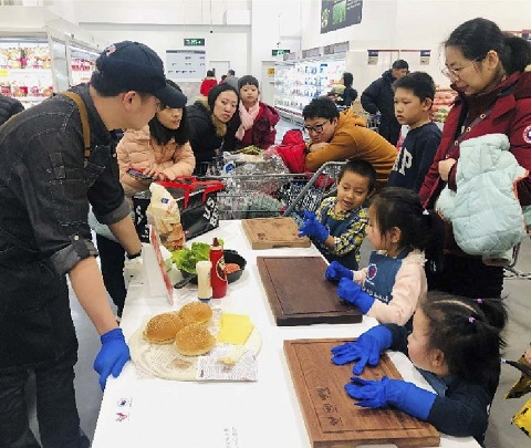 USMEF's hamburger-making class in Beijing promoted the use of U.S. beef patties