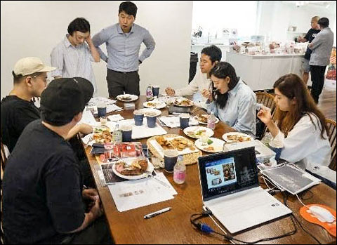 (above) Foodservice professionals in Korea sample and discuss U.S. processed pork items (examples of which are shown below) during the USMEF seminar
