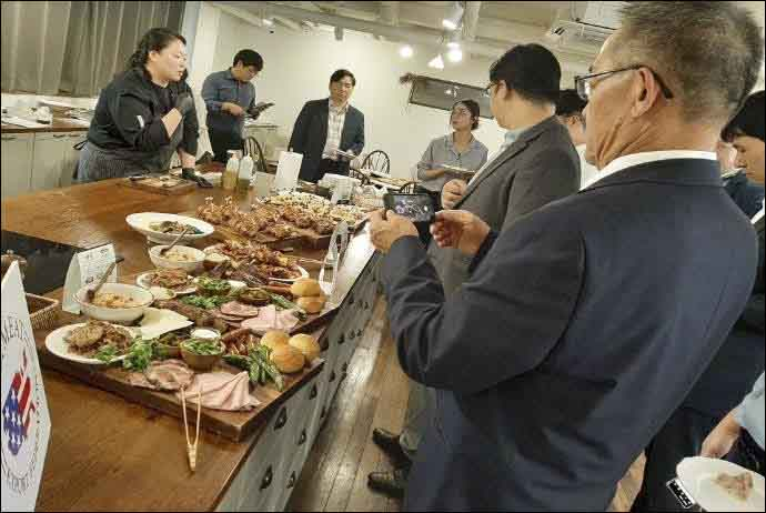Representatives of Korean foodservice companies explore new U.S. processed pork items during USMEF seminars in Seoul